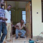 Arbeiten an der neuen Werkstatt in Akwatia