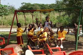 Die ersten Schulkinder in Kumasi, die auch am Tag verpflegt werden