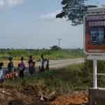 Hinweisschild zur Schule in Kumasi an der Autobahn