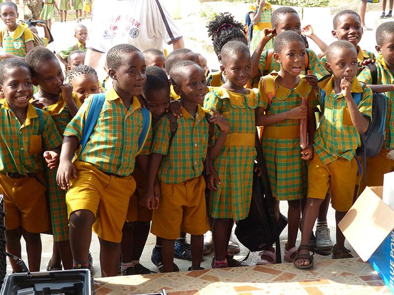 Staunende Kinder bei den Montagearbeiten der PV -Anlage ...